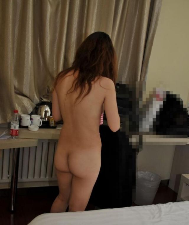 全裸女子の背中を撮った素人エロ画像018