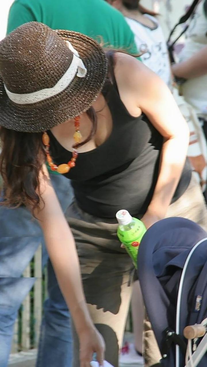 子連れ若ママの胸チラおっぱい盗撮素人エロ画像12
