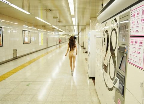 駅のホームや構内で野外露出をする素人エロ画像2