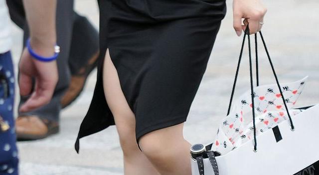 スリットスカートの盗撮素人エロ画像19