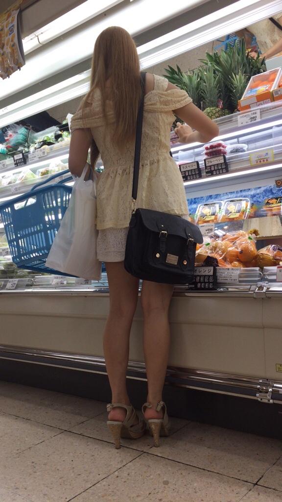 買い物中のお姉さんの店内盗撮素人エロ画像26