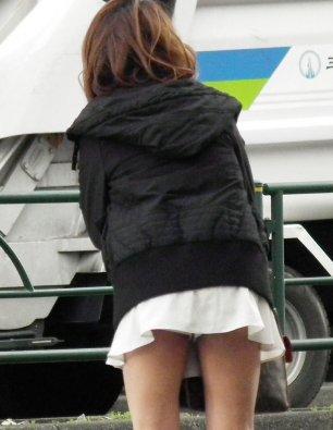 ミニスカパンチラ街撮り素人エロ画像07