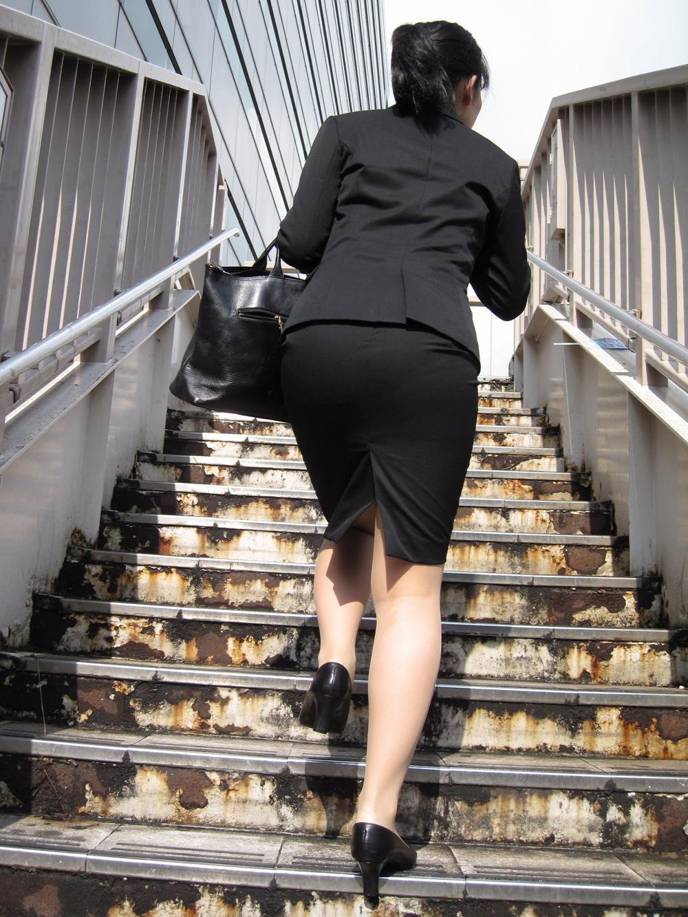 階段やエスカレーターで取ったタイトスカートのお尻街撮り素人エロ画像9
