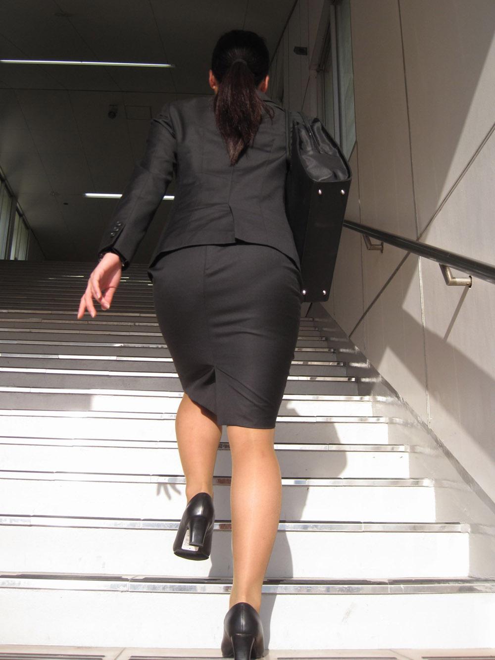 階段やエスカレーターで取ったタイトスカートのお尻街撮り素人エロ画像4