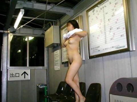 駅のホームや構内で野外露出をする素人エロ画像13