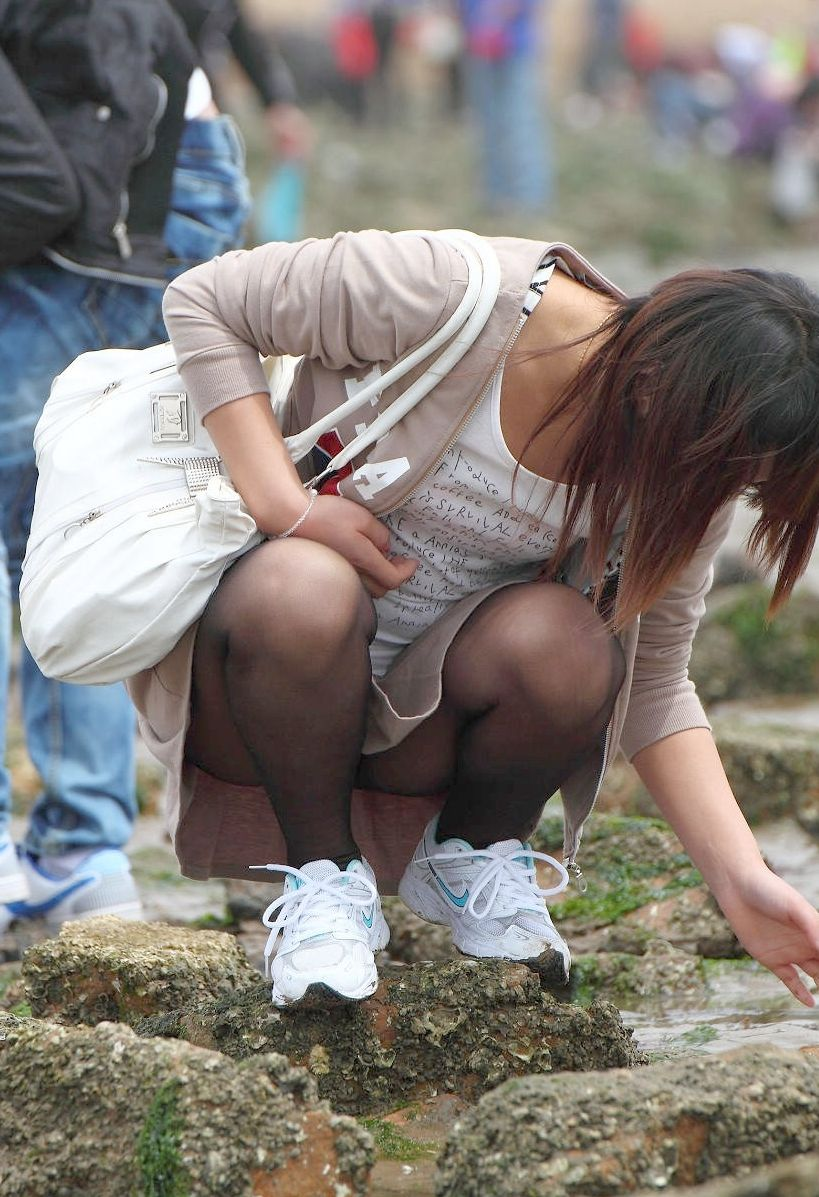 ミニスカギャルしゃがみパンチラ街撮り素人エロ画像12