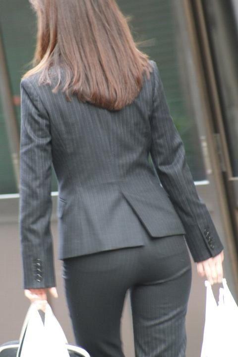パンツスーツのお尻街撮り素人OLエロ画像16