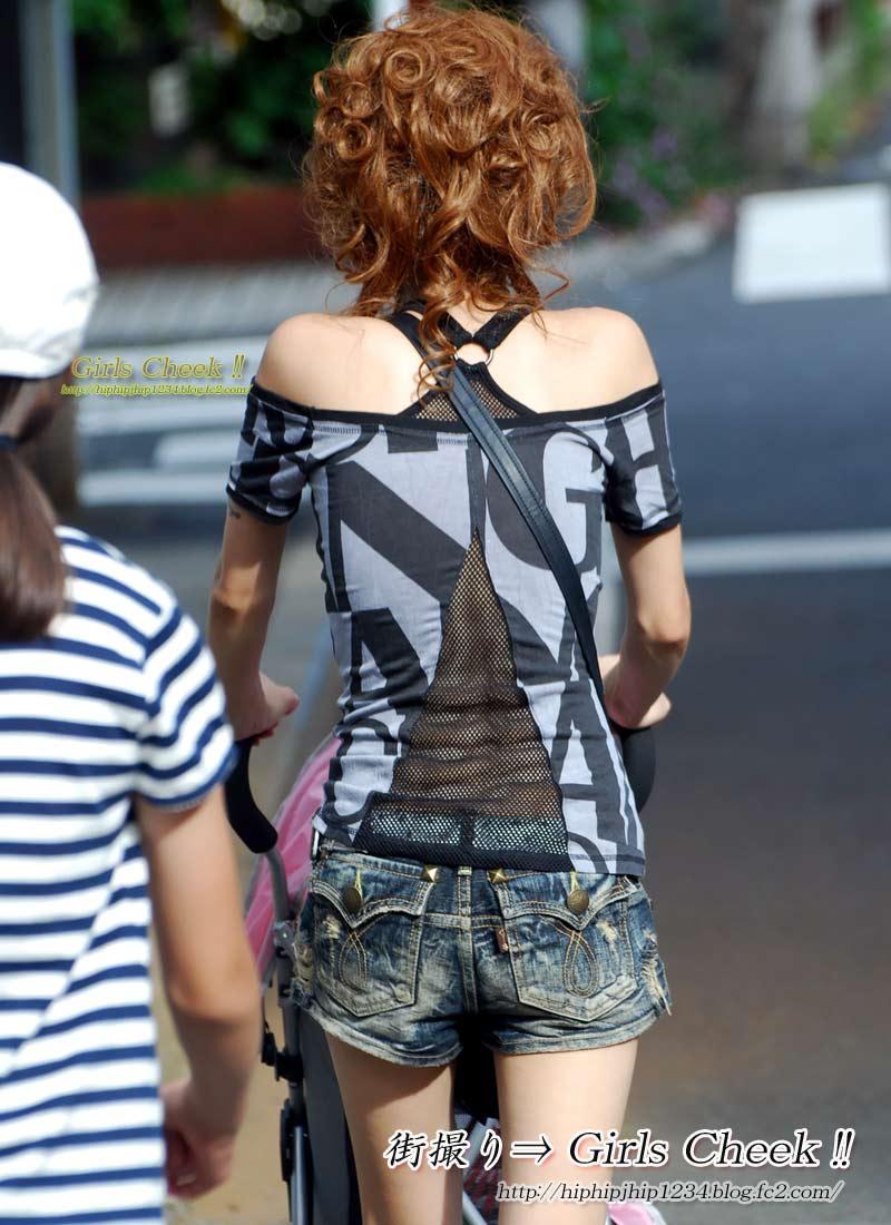 夏のファッションで無防備にエロさを振りまく子連れママの街撮り素人エロ画像18