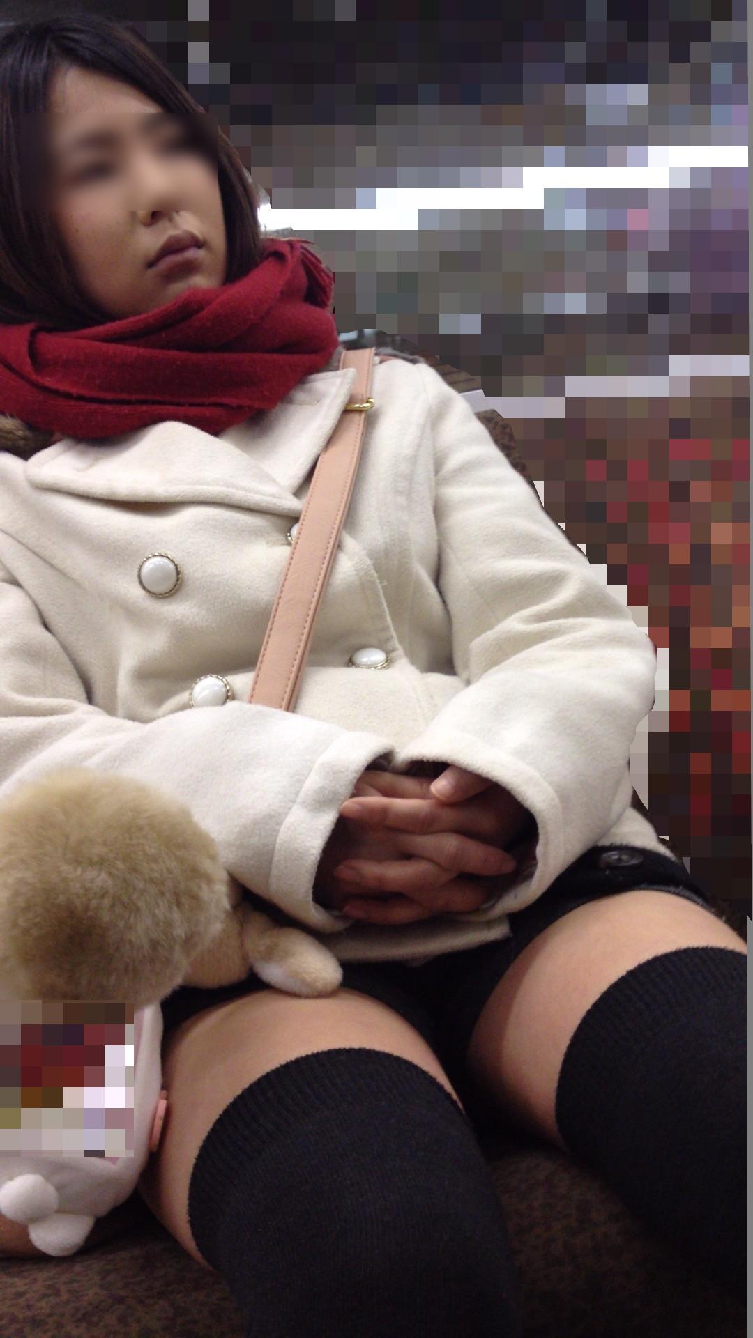 電車内で盗撮した太ももと胸チラ素人エロ画像11