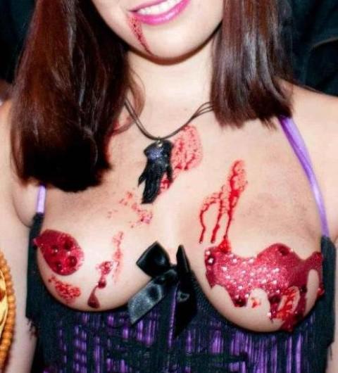 ハロウィンでおっぱいやお尻が見えるコスプレを楽しむリア充素人エロ画像12