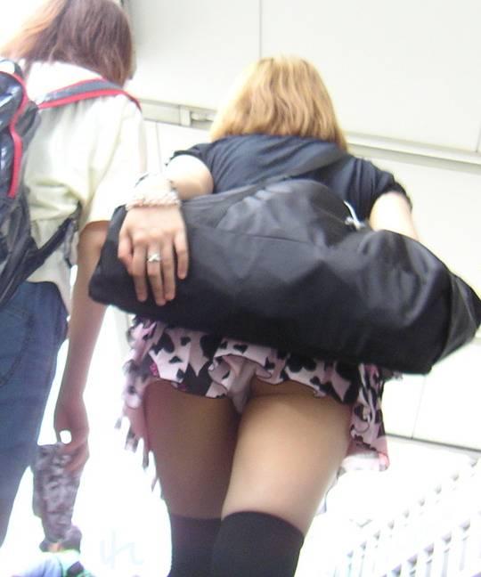 ローアングルでミニスカやホットパンツギャルを盗撮した素人エロ画像03