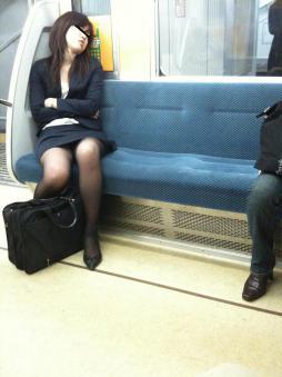 電車で居眠りしてる女性のパンチラ盗撮素人エロ画像4