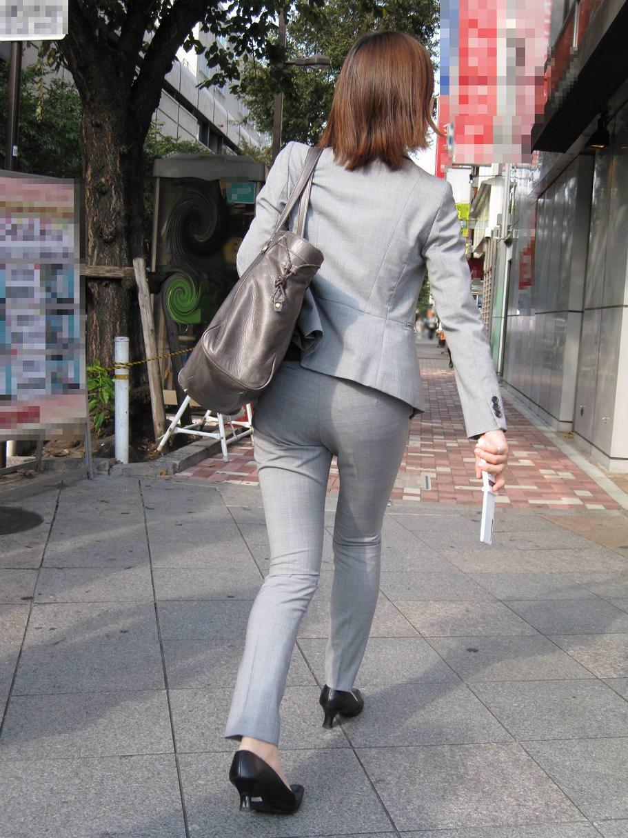 パンツスーツのお尻街撮り素人エロ画像5