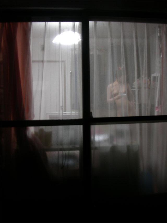 ベランダから覗いた民家盗撮の素人エロ画像18