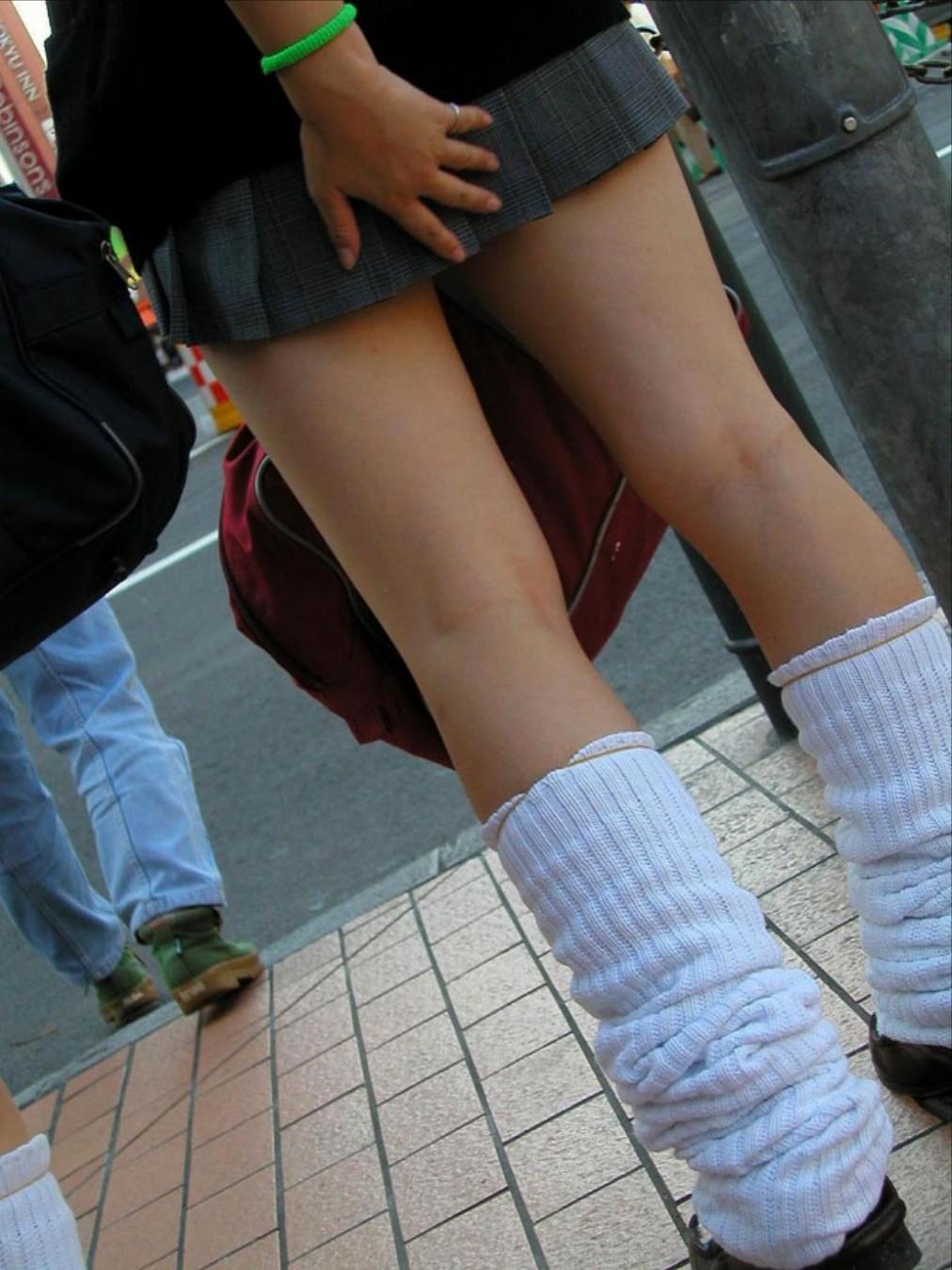 手でスカートをおさえパンチラガードしているJKの素人エロ画像2