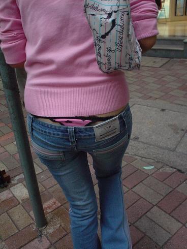 腰パンチラの街撮り盗撮素人エロ画像8