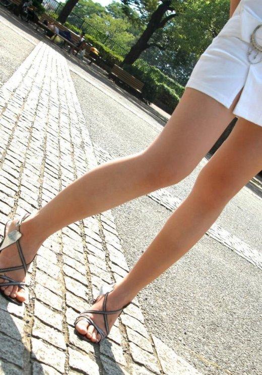 ミニスカやホットパンツを履いたギャルの生脚盗撮素人エロ画像11
