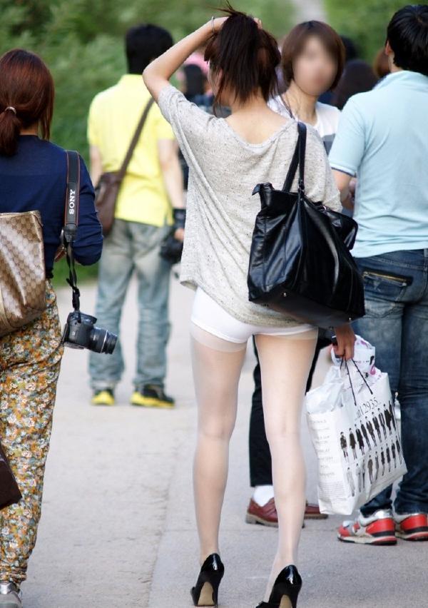 ランガードが見えてるストッキング女子の街撮り素人エロ画像17