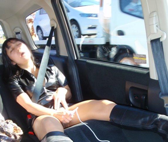 車の中でエロい事をしている素人画像4