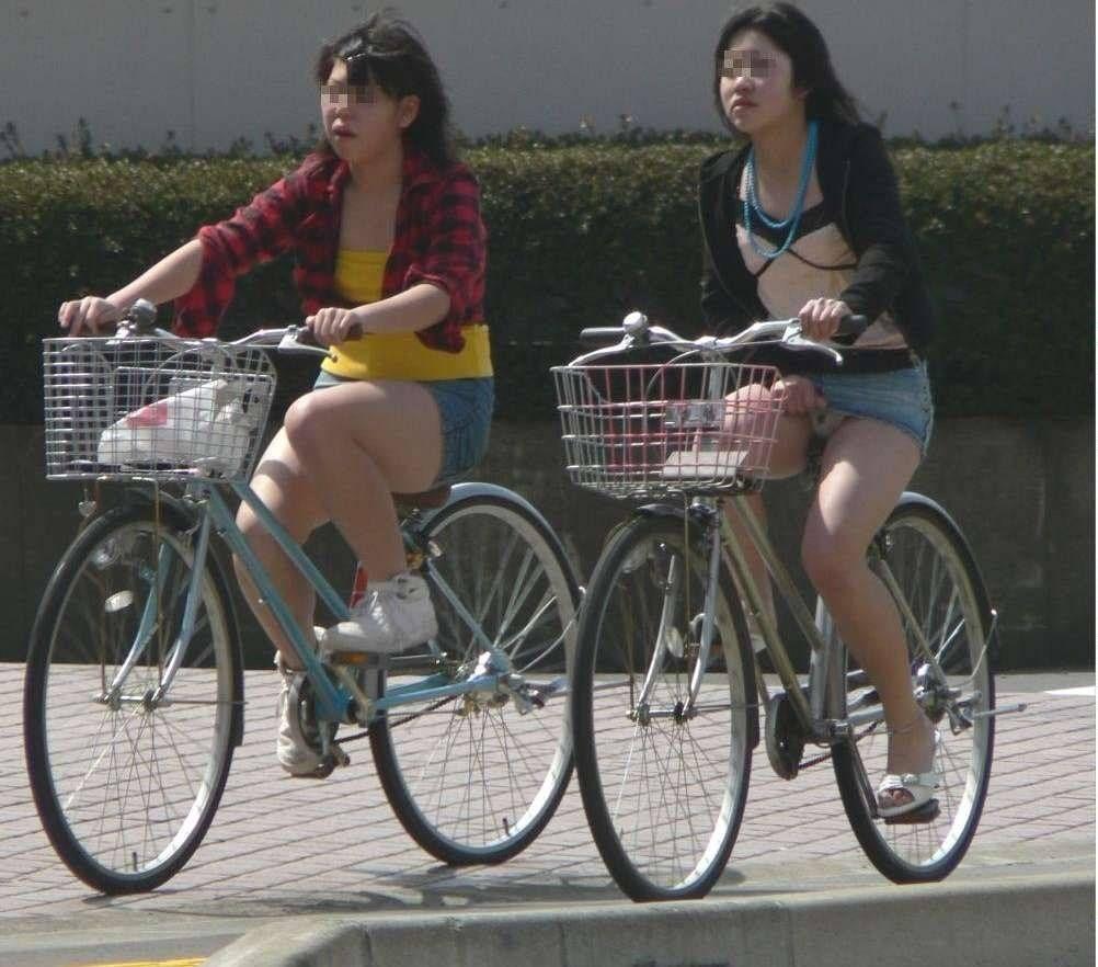 自転車パンチラ街撮り素人エロ画像1