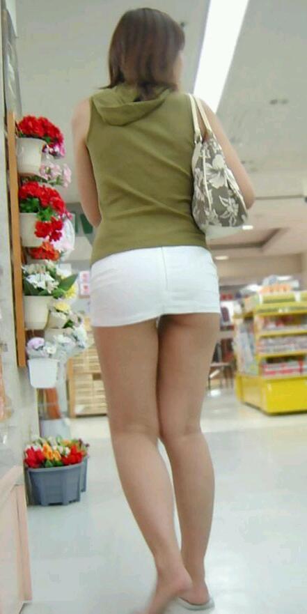 買い物中のお姉さんの店内盗撮素人エロ画像21