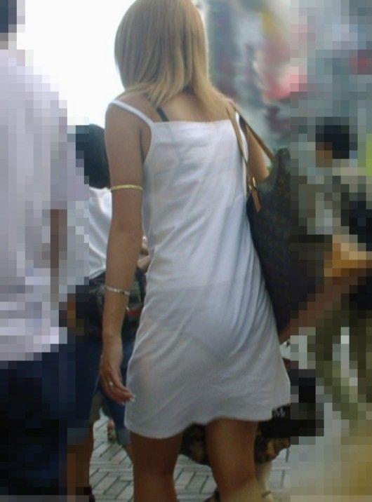 ブラ紐やホックが見えてる女性のブラジャーをとった街撮りエロ画像028
