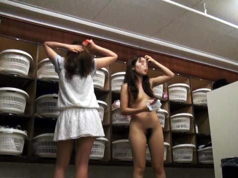 脱衣所や更衣室を盗撮した素人エロ画像16