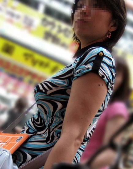 着衣おっぱいの街撮り素人エロ画像16