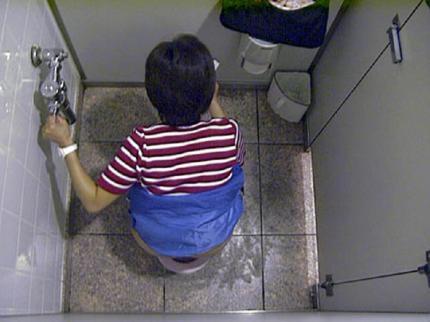 トイレ盗撮の素人エロ画像17