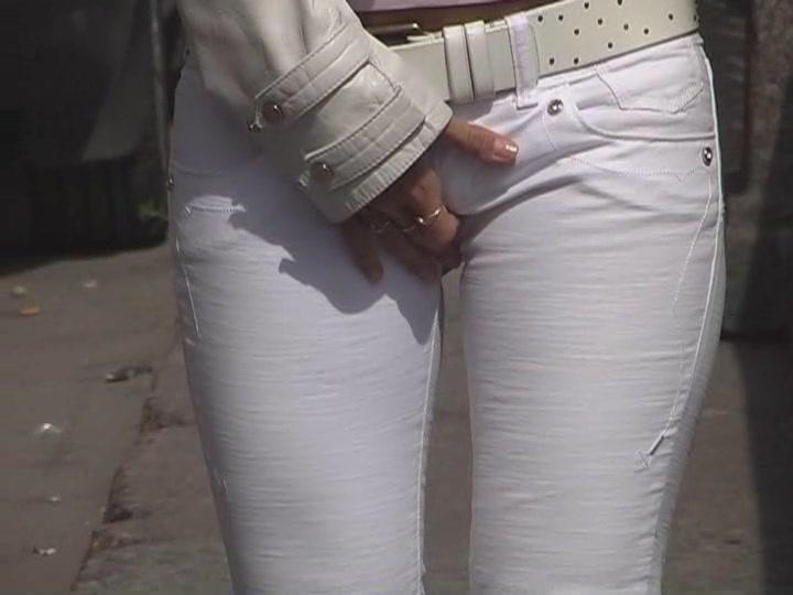ピタパンやジーンズの股間街撮り素人エロ画像17