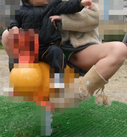 腰パンチラやしゃがみチラが多すぎる子連れ若ママのがゆるすぎる股の盗撮画像06