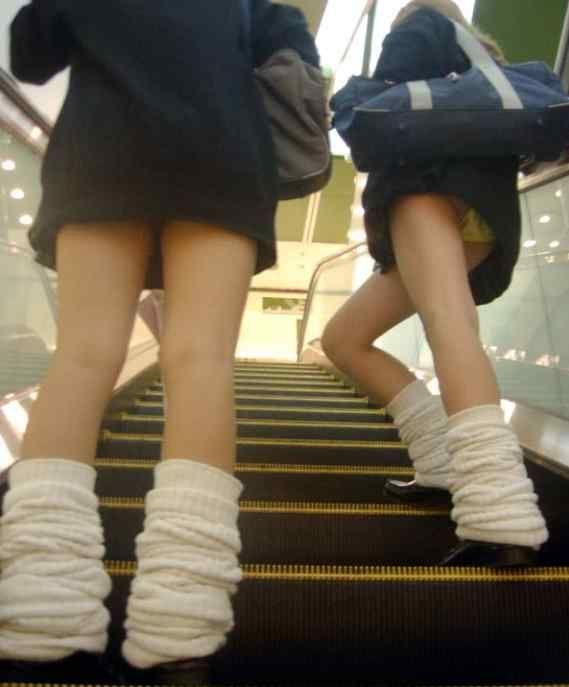 制服女子校生のローアングルパンチラ街撮り素人JKエロ画像20