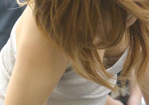 わざと見せてるとしか思えないレベルの胸チラおっぱい盗撮エロ画像1
