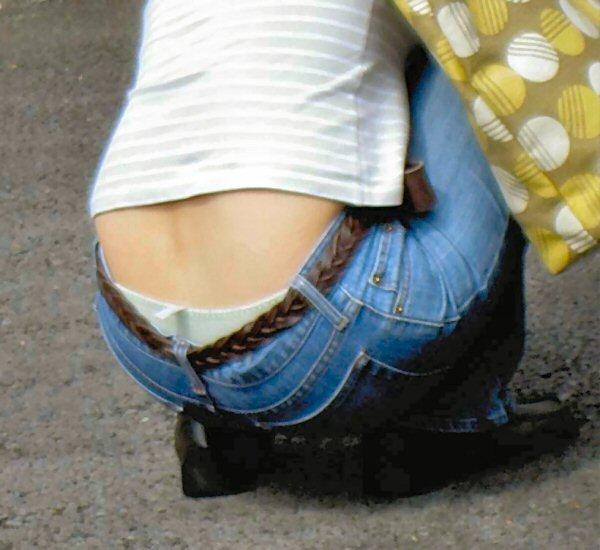 背中チラや腹チラギャルの街撮り素人エロ画像3