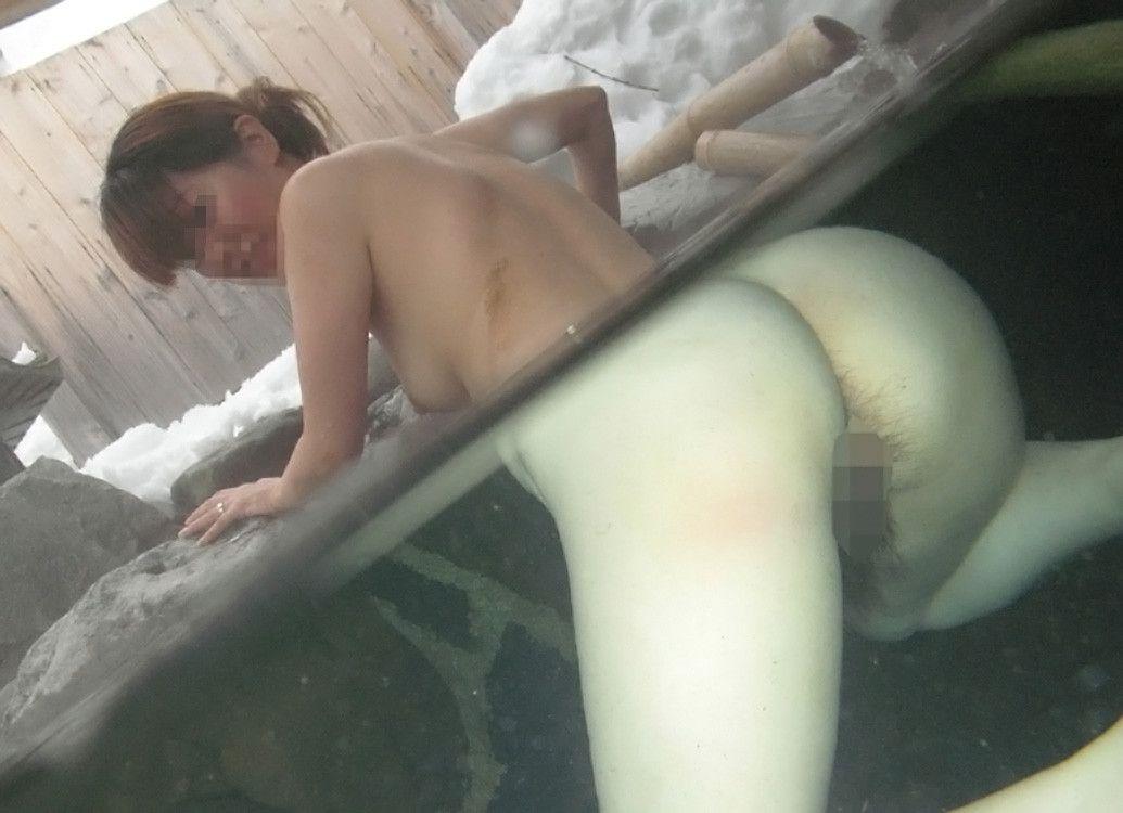 温泉や混浴で撮った素人カップルの変態エロ画像10
