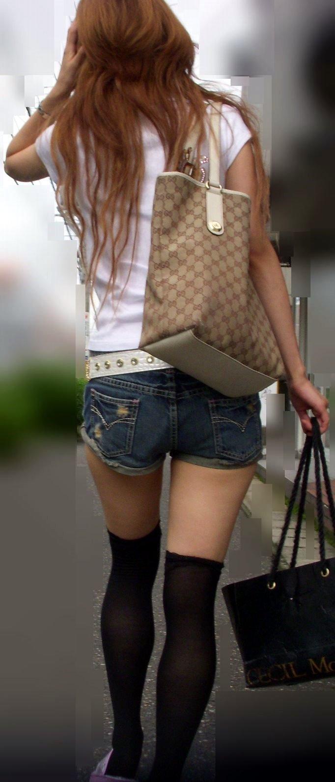デニムショーパンに白Tシャツを着た素人街撮りエロ画像011