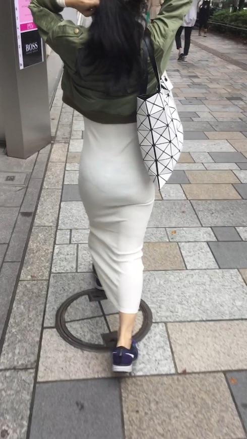 透けパンしているスカートお尻の街撮り素人エロ画像12