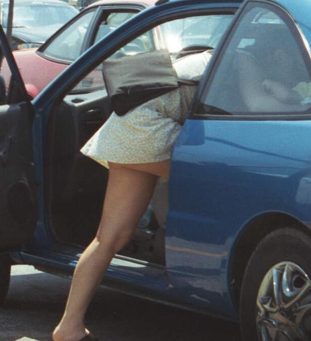 車から降りるときや顔を突っ込んでいる時に見えてるパンチラを盗撮した素人エロ画像22