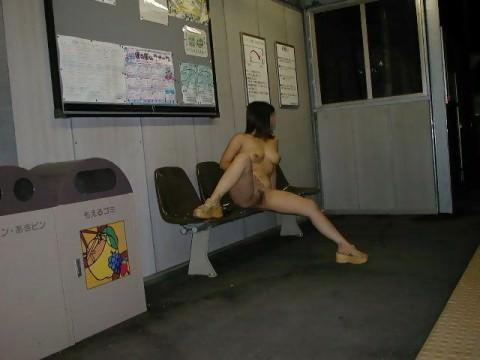 駅のホームや構内で野外露出をする素人エロ画像10