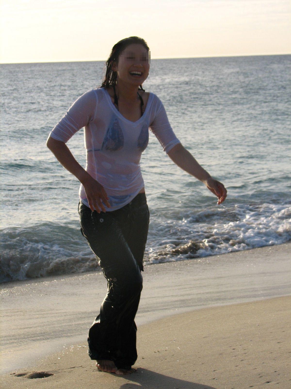 洋服が濡れて下着が透けてる女性の街撮り素人エロ画像20