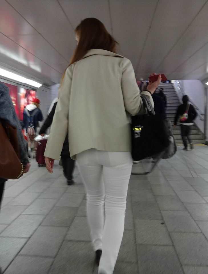 白ピタパンのお尻街撮り素人エロ画像9