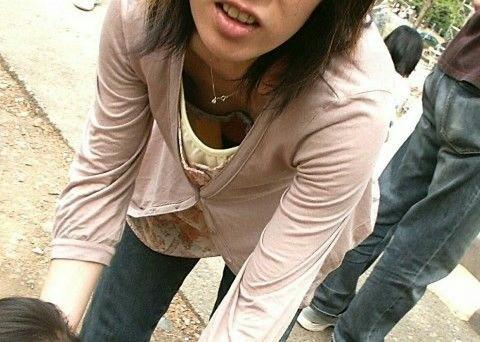 子連れママの谷間がエッチな胸チラおっぱい素人エロ画像04