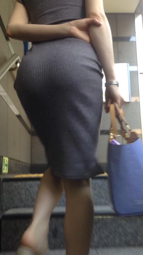 タイトスカートお尻の街撮り素人エロ画像13