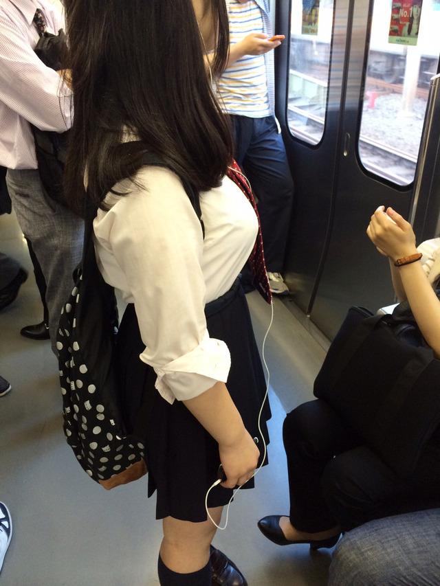 制服女子校生の着衣巨乳おっぱい街撮りエロ画像005