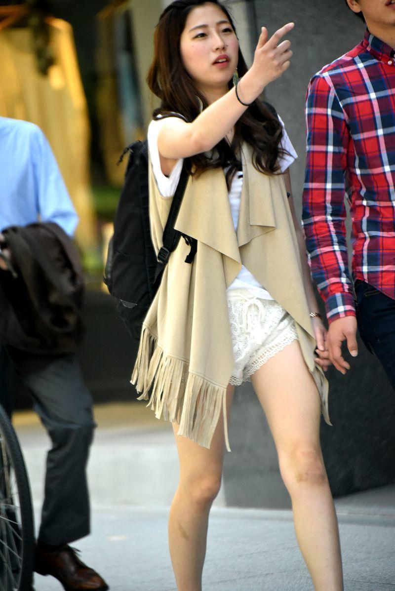 健康的な下半身がエッチ過ぎるショートパンツ女子の街撮り素人エロ画像-092