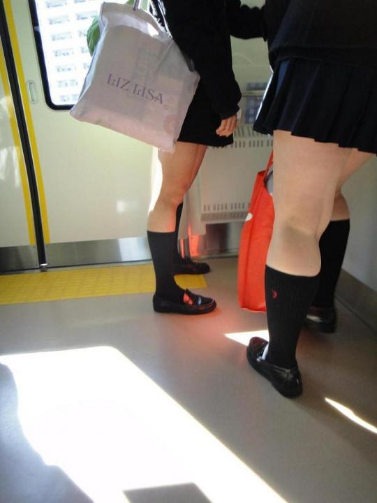 女子校生の太もも電車内盗撮素人エロ画像17
