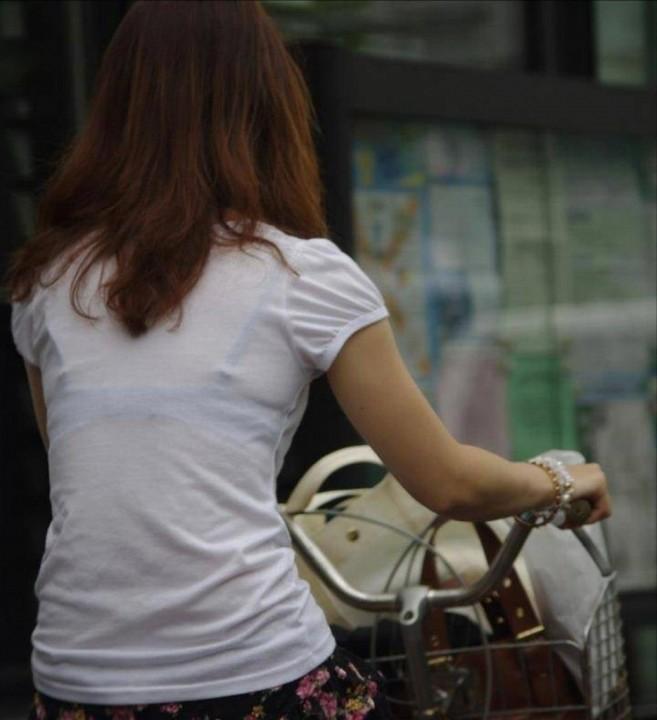 透けブラや透けパンがエッチな女性の街撮り素人エロ画像-056