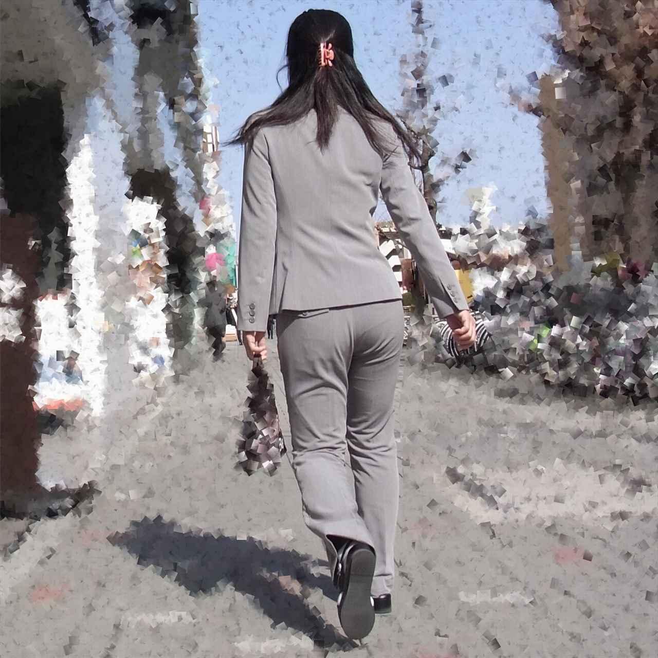 パンツスーツのお尻を街撮りした素人エロ画像5