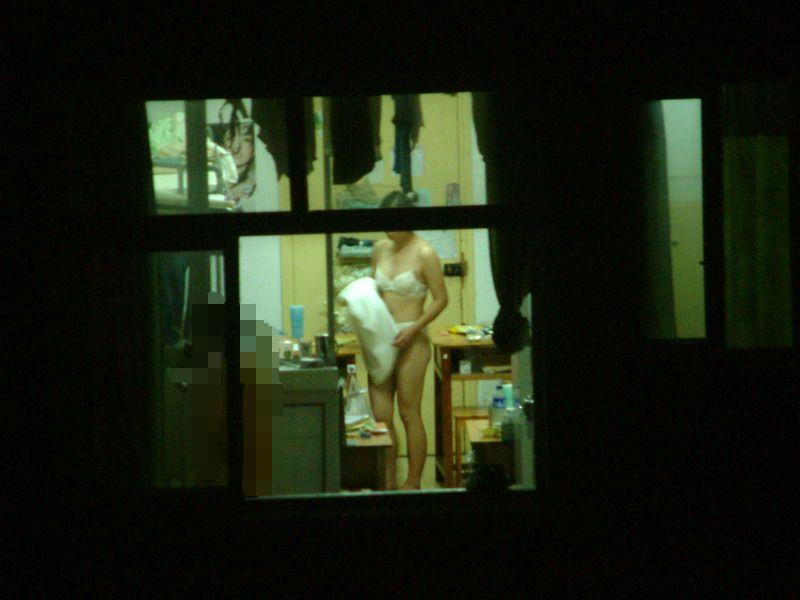 カーテン閉め忘れた部屋を窓から盗撮した素人エロ画像3