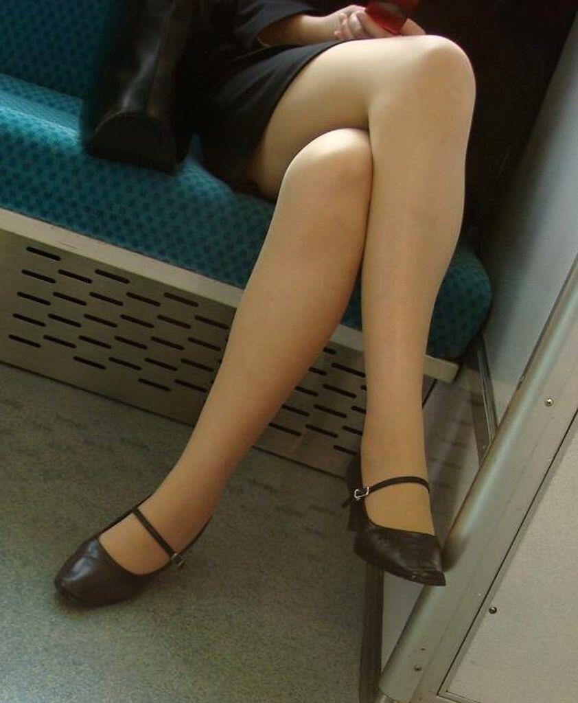 通勤電車で盗撮したパンスト脚の素人エロ画像6